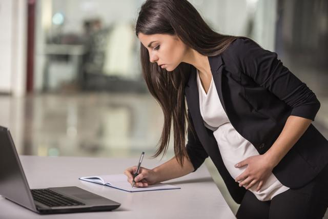 Входит ли больничный в страховой стаж в 2020 году - по беременности и родам, производственная практика